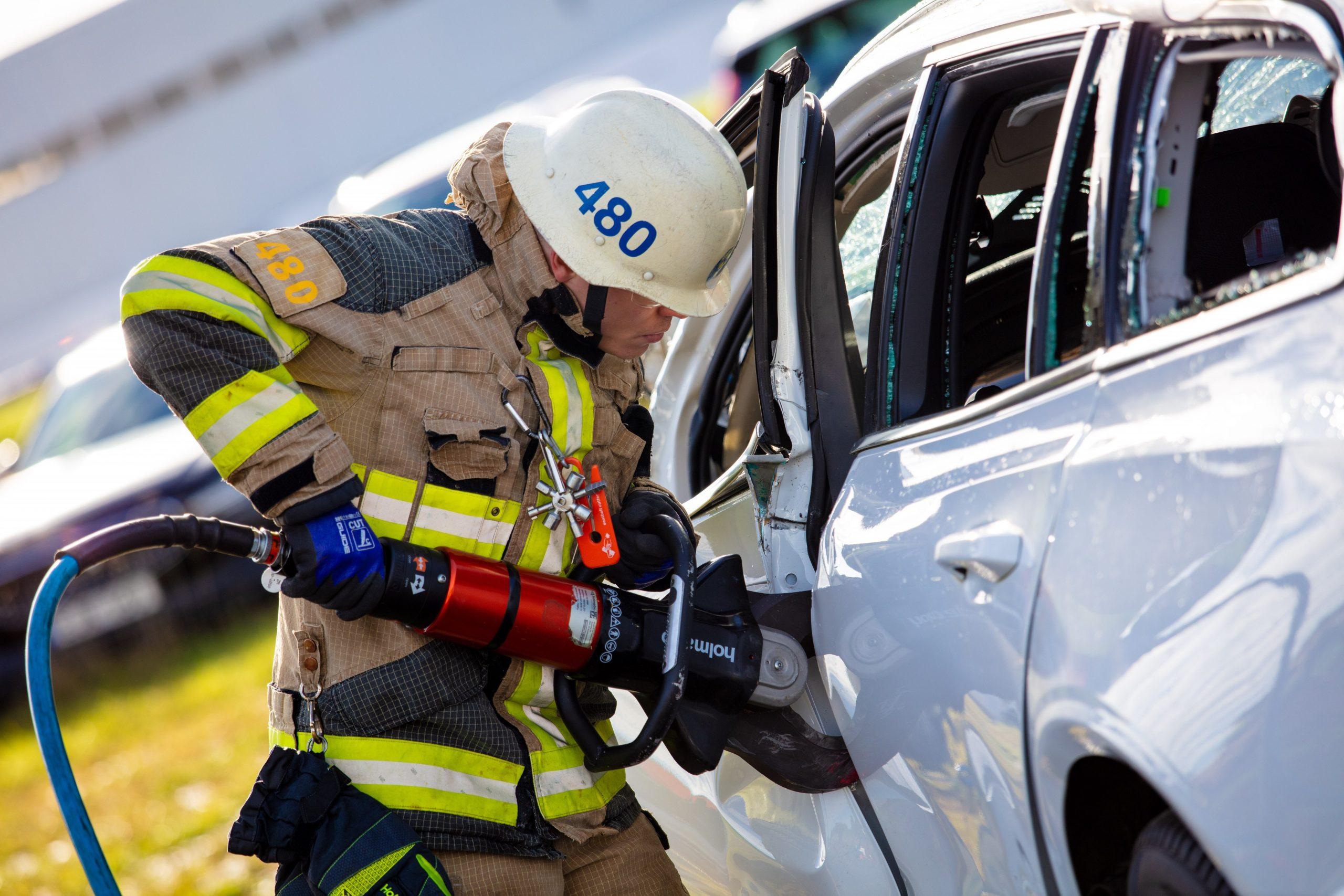 Thử nghiệm thả rơi xe volvo từ độ cao 30m để nghiên cứu khả năng cứu hộ tai nạn